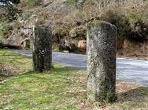 Severní Portugalsko. Staré římské milníky u cesty přes průsmyk Portela do Homem