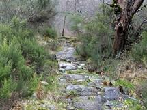 Severní Portugalsko. Pozůstatky staré římské cesty pod průsmykem Portela do Homem