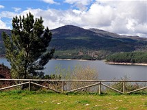 Severní Portugalsko. Pohled přes přehradu Alto-Lindoso do severní části národního parku
