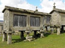 Severní Portugalsko. Kamenné sýpky espigueiros pod hradem Lindoso