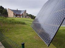 Dům je v horní části mírně svažitého pozemku s jezírkem. Ve spodní části zahrady je umístěn točný tracker se 30 bezúdržbovými fotovoltaickými panely, další (pevné) solární články se nacházejí na střeše domu