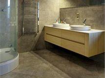 Španělské obklady a dlažby Porcelanosa s lehce zemitým designem souzní s přírodním rázem domu