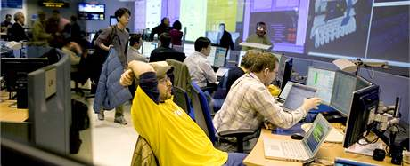 Vědci v Evropské organizaci pro jaderný výzkum (CERN) po simulaci Velkého třesku. (30. března 2010)