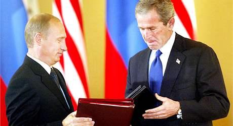 Vladimír Putin a George Bush po podpisu smlouvy SORT v roce 2002 v moskevském Kremlu.