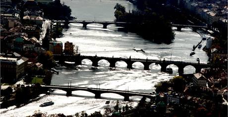 Karlův most (uprostřed) v Praze.