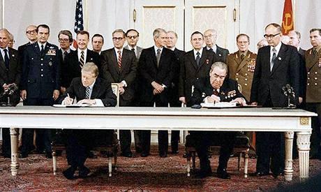 Jimmy Carter a Leonid Brežněv u podpisu smlouvy SALT II v roce 1979 ve Vídni.