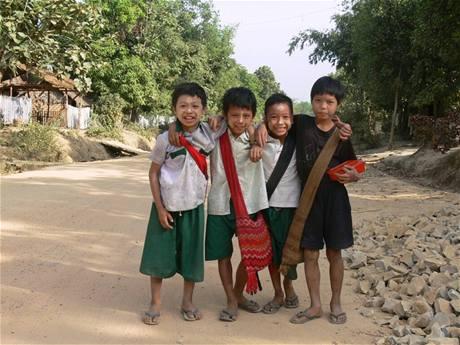 Barmští kluci cestou do školy