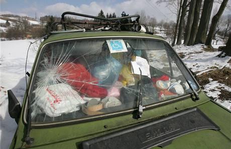 Bedřich Petira žije se psem a kočkami už rok ve vracích svých aut v Odolově u Malých Svatoňovic