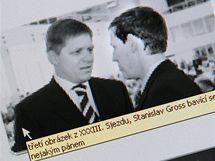 Popisky fotografií na internetových stránkách strany ČSSD.