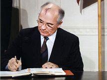 Michail Gorbačov a Ronald Reagan podepisují smlouvu INF v roce 1987 v Bílém Domě v USA.