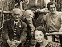 Skupinový snímek z archivu Aleše Brožka. Tvůrce vlajky Jaroslav Kursa sedí zcela vlevo.