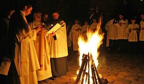 Vojtěch Cikrle před katedrálou Petra a Pavla požehnal oheň od kterého zapálil paškál, velikonoční svíci, symbol Ježíše Krista