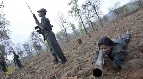 Cvičení maoistických rebelů v Indii (6. dubna 2010)