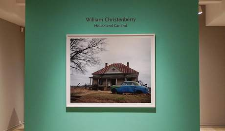 Výstava Williama Christenberryho House and Car and v newyorské galerii Pace/MacGill. Titulní fotografie House and Car, Near Akron, Alabama, 1981