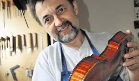 Tovární nástroj je neživá věc, tvrdí kyjovský houslař Vojtěch Uher