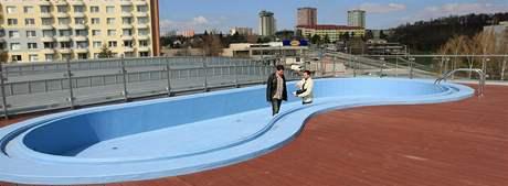 Richard Elleder ředitel (v černém) a provozní Richard Graffe na střeše nového krytého plaveckého bazénu v Kohoutovicíh