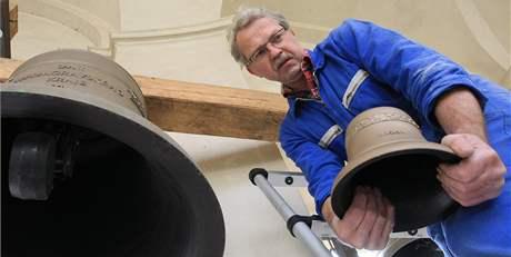 Zvonař Petr Rudolf Manoušek s novými nástroji zvonohry Santiniho chrámu ve Křitnách