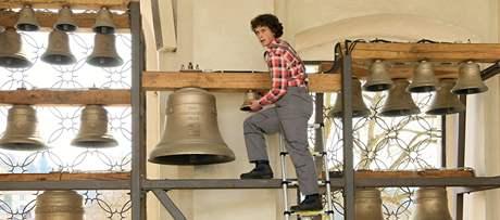 Josef Jílek usazuje do zvonohry křtinského chrámu nové zvony