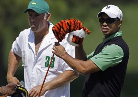 Tiger Woods (vpravo) a jeho caddy Steve Williams, druhé kolo Masters 2010.