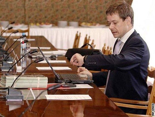 Pavel Němec na zasedání vlády v Kolodějích.