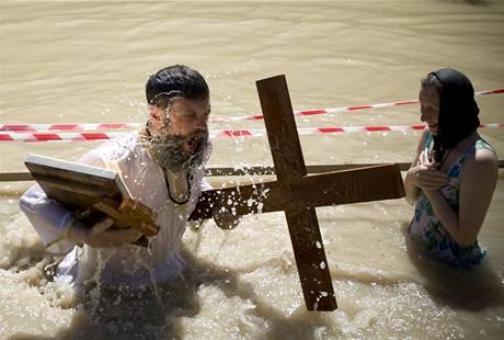 Pravoslavní křesťané se během Svatého týdne noří do řeky Jordán v Izraeli.