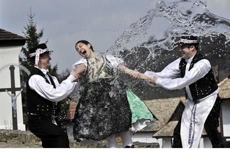 Velikonoční tradice maďarské menšiny Polóc se v jistých aspektech podobají těm českým