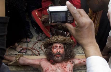 Poutník dobrovolně trpí v roli Ježíše Krista na Velký pátek v Jeruzalémě