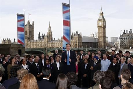 Vůdce britských konzervativců David Cameron 6. dubna 2010 zahájil volební kampaň