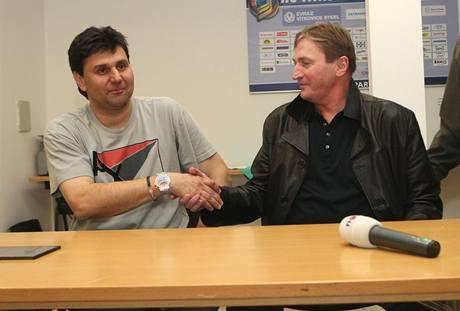PŘÍMĚŘÍ. Trenéři Alois Hadamczik a Vladimír Růžička (vlevo) se po zápase chovali jako gentlemani.