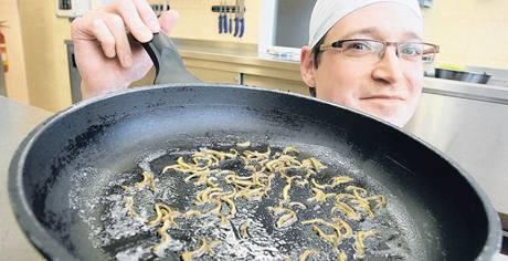 Petr Ocknecht například připravil červy na másle