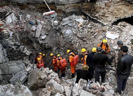 Záchranáři sestupují do zatopeného dolu v severočínské provincii Šan-si.