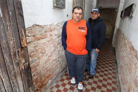 Karel Giňa na chodbě domu v místech, kde ráno našel dvě zápalné láhve