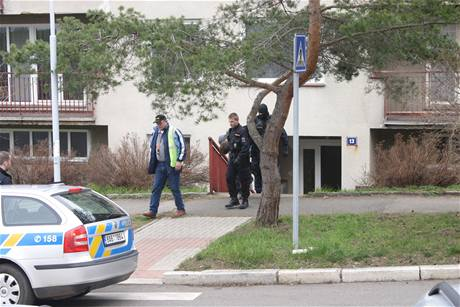 Policie odvádí střelce z pražských Malvazinek