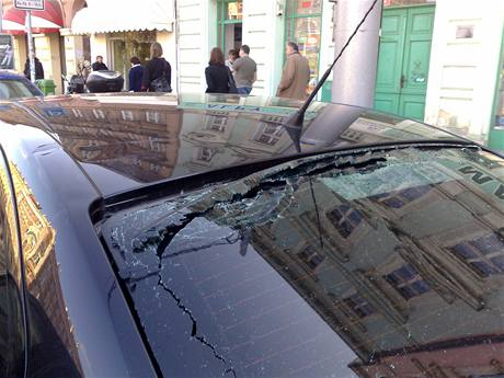 Poškozená policejní octavie, na kterou jeden ze zatýkaných cizinců ve Štefánikově ulici na Smíchově hodil z okna notebook