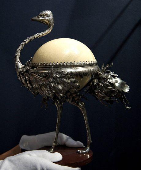 Fabergého klenot ve tvaru kalíšku na vejce se nazývá Bonboniéra a je z roku 1895.