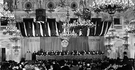 Zasedání ÚV KSČ 17.listopadu 1948. Klement Gotwald na sjezdu zhodnotil význam únorového vítězství. Ústřední výbor přijal řadu opatření v duchu teorie o zostřování třídního boje. Byly namířené proti takzvaným vnítřním nepřátelům.