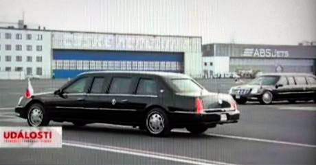 Obě limuzíny amerického prezidenta Baracka Obamy na letišti v Ruzyni.