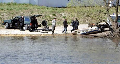 Cvičení policejních potápěčů nedaleko hotelu Four Seasons, kde bude ubytovaný ruský prezident Dimitrij Medveděv. (7. dubna 2010)