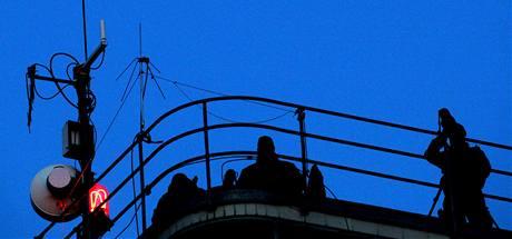 Policejní odstřelovači na střeše budovy ruzyňského letiště hlídkuje před přistáním ruského prezidenta Dmitrije Medveděva. (7. dubna 2010)