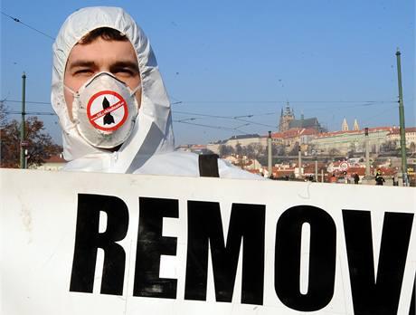 Účastníci happeningu iniciativy Ne základnám se ráno snažili dostat co nejblíže k Pražskému hradu. (8. dubna 2010)