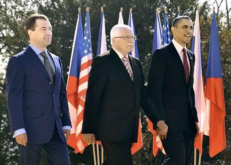Prezidenti Dmitrij Medveděv, Václav Klaus a Barack Obama při schůzce na Pražském hradě. (8. dubna 2010)