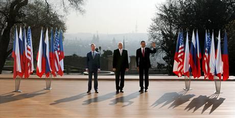 Prezidenti Dmitrij Medveděv, Václav Klaus a Barack Obama při společném focení v zahradách Pražského hradu. (8. dubna 2010)