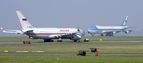 Dvě nejstřeženější letadla světa stojí kousek od sebe na pražském letišti v Ruzyni. Vlevo je Iljušin ruského prezidenta Dmitrije Medveděva, vpravo pak letadlo Air Force One Baracka Obamy