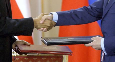 Prezidenti Barack Obama a Dmitrij Medveděv při podpisu smlouvy START ve Španělském sále Pražského hradu. (8. dubna 2010)
