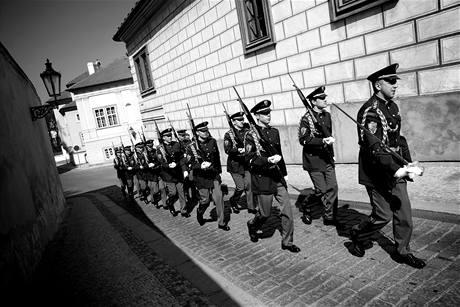 Hradní stráž pochoduje v ulicích nedaleko Pražského hradu. (8. dubna 2010)