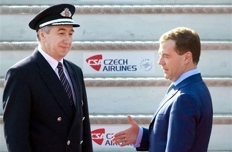 Ruský prezident Dmitrij Medveděv nastupuje do svého letadla chvíli před odletem z Prahy. (7. dubna 2010)