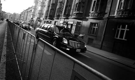 Limuzína s Barackem Obamou na cestě do americké rezidence v pražské Bubenči. (8. dubna 2010)