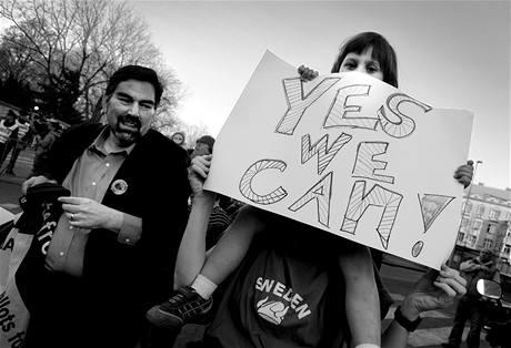 Lidé přišli podpořit amerického prezidenta Baracka Obamu i k rezidenci USA v pražské Bubenči. (8. dubna 2010)