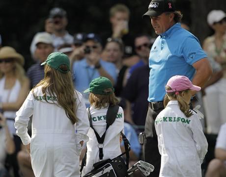 Phil Mickelson se svými dětmi na exhibici před Masters 2010.