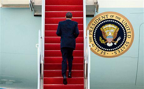 Americký prezident Barack Obama nastupuje do letounu Air Force One před odletem na summit do Prahy (8. dubna 2010)